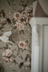 Wallpaper_ponies_green_kids_room