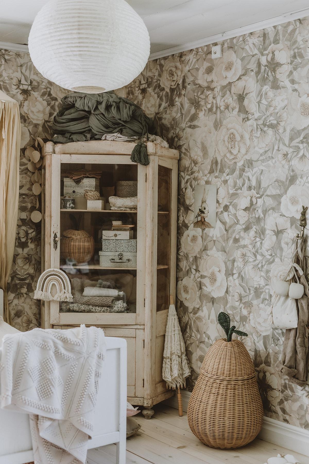 Floral_wallpaper_poppies_white_Mrs_Mighetto
