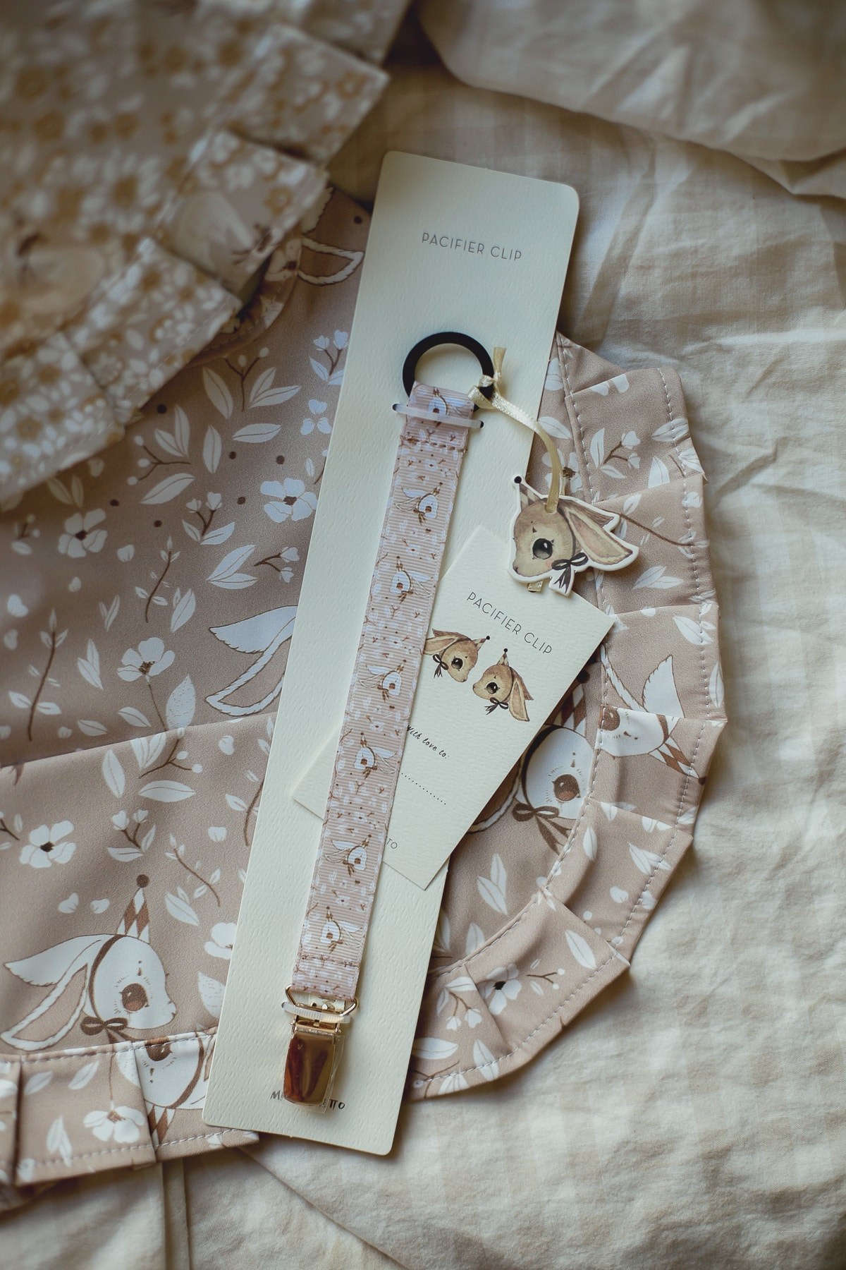 Pacifier_holder_bunny_pink_Mrs_Mighetto